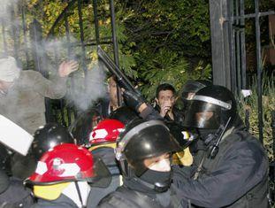 A polícia reprimiu os manifestantes diante da residência da governadora de Santa Cruz, Alicia Kirchner.