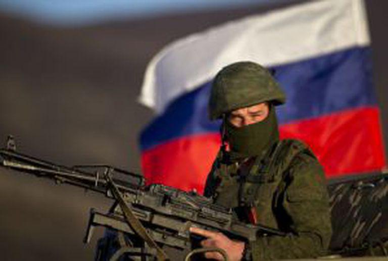 Um soldado russo numa base militar em Crimeia.