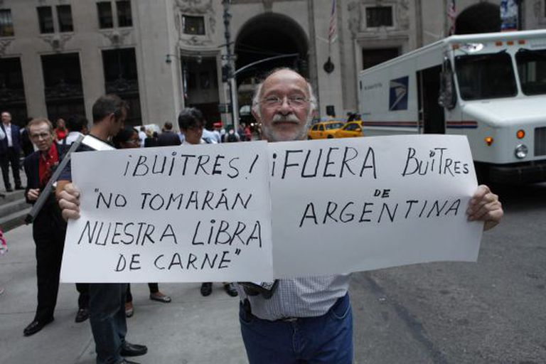 Um homem protesta fora do consulado argentino em Nova York.