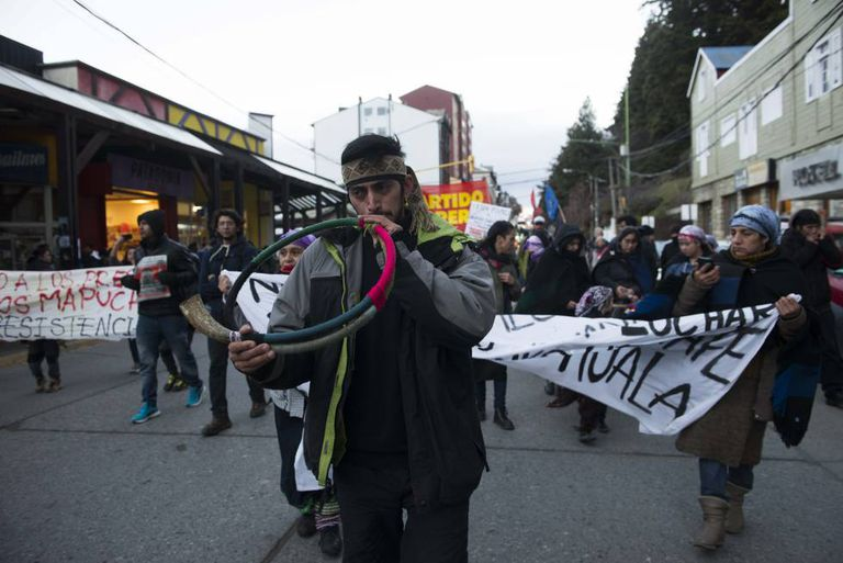 Um protesto mapuche no centro da cidade de Bariloche