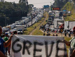 Caminhoneiros fecham parte da rodovia Régis Bittencourt em São Paulo nesta quinta-feira, quarto dia da paralisação da categoria.