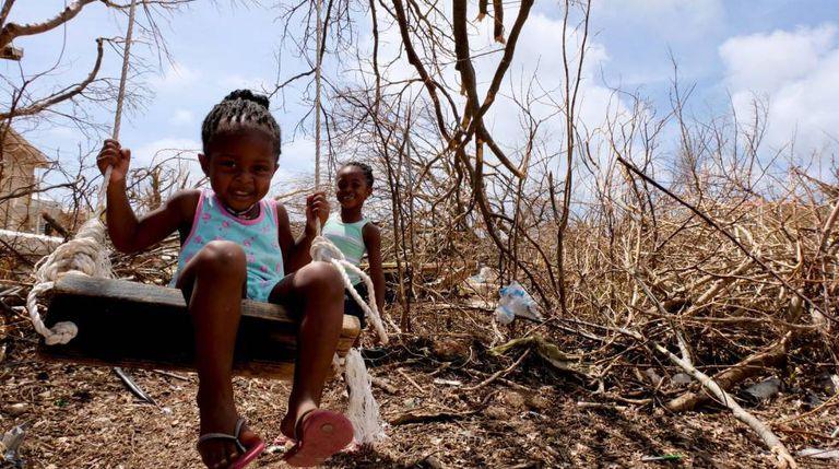 Tiquania Lewis, de 2 anos, brinca com sua irmã Tiquanisha, de 5, na ilha de Anguilla