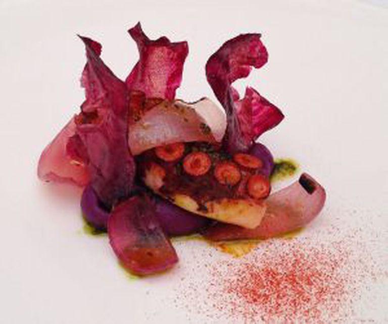 Polvo com 'chips' de batata vermelha, prato da brasileira Helena Rizzo servido em seu restaurante Maní.