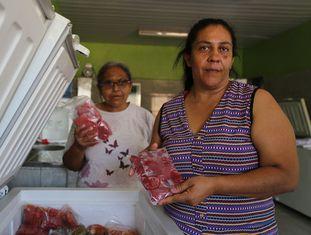 Ivanilda Barbosa (à dir.) e Maria José Alves trabalham na agroindústria de polpas de frutas em Pernambuco.