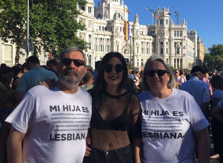 Pai, mãe e filha orgulhosos na Parada.