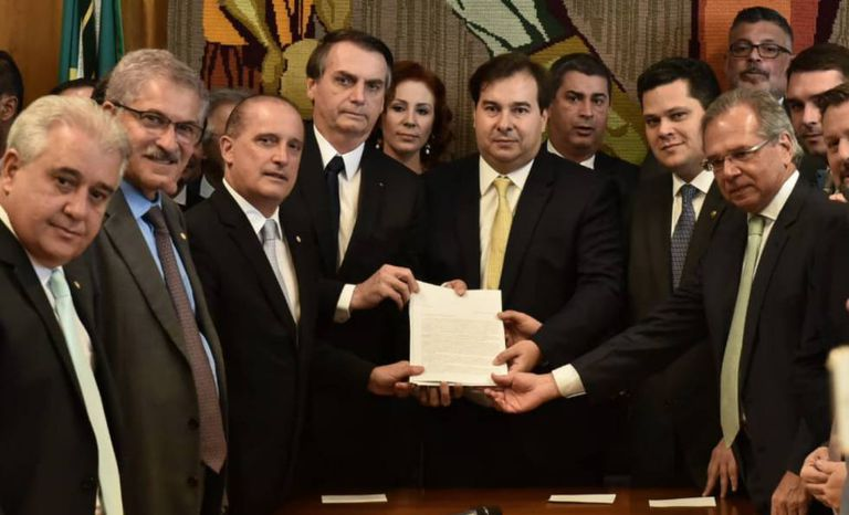 Na entrega da proposta da Nova Previdência, três democratas ao lado de Bolsonaro: o ministro Onyx Lorenzoni (E), e os presidentes da Câmara, Rodrigo Maia (C), e do Senado, David Alcolumbre (D).