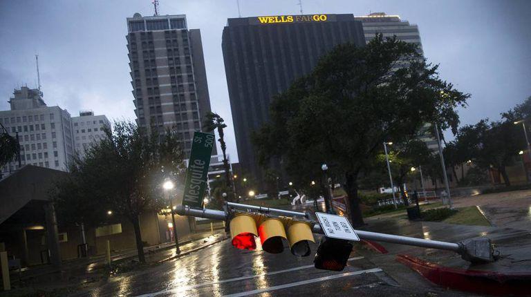 Semáforo cai com a força do vento na cidade de Corpus Christi, no Texas