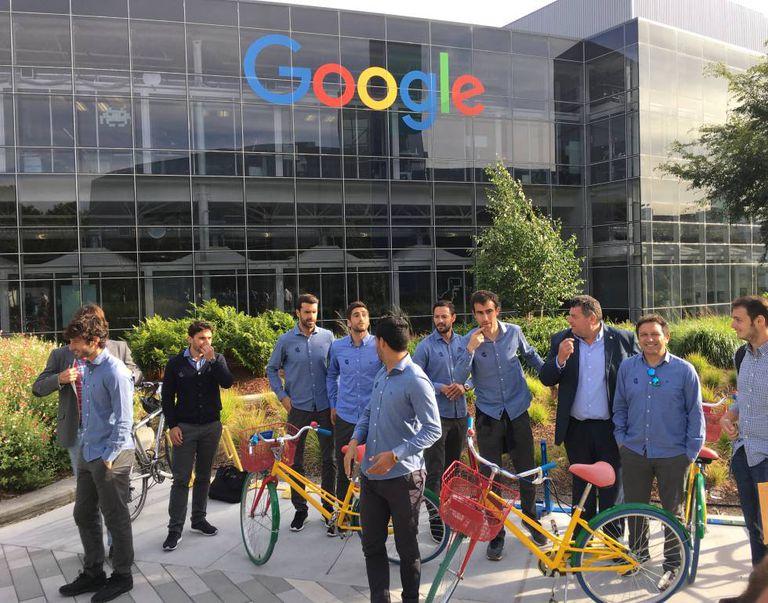 Delegação da Real Sociedad com bicicletas no campus do Google.