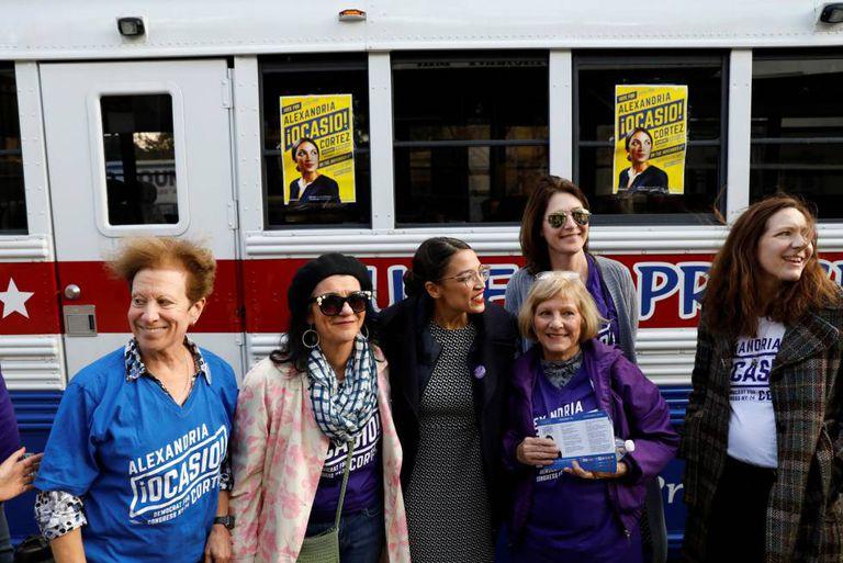 A candidata Ocasio-Cortez (centro) com simpatizantes em Nova York.
