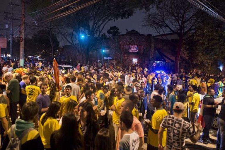 Torcedores se reúnem em bares para celebrar o Mundial.