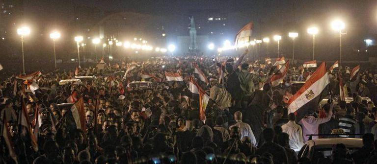 Multidão na ponte Kasr al Nil, um dos principais acessos à praça Tahir (Cairo), comemora a queda do ditador Hosni Mubarak, em fevereiro de 2011.