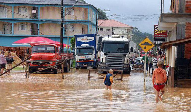 Moradores em área inundada em Santa Maria de Jetibá, no Espírito Santo.