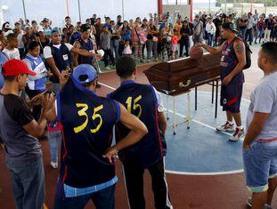 Amigos prestam homenagem a uma vítima do crime em Caracas.