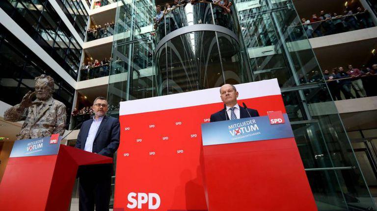 Dietmar Nietan, à esquerda, e Olaf Scholz, anunciam neste domingo os resultados da votação do SPD.