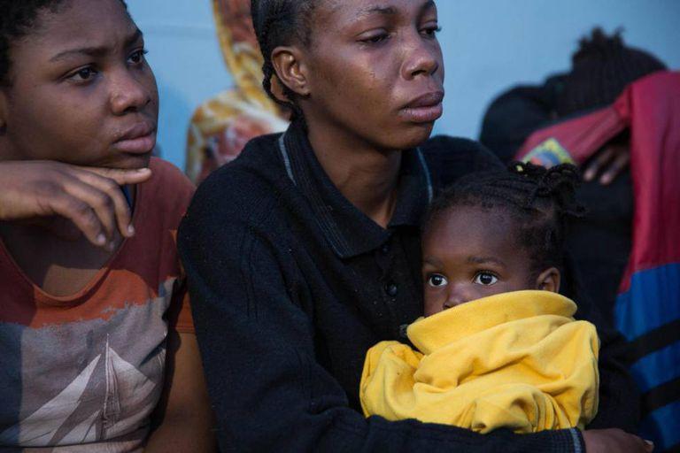 Migrantes africanos, que foram resgatados por guardas líbios, na Líbia.