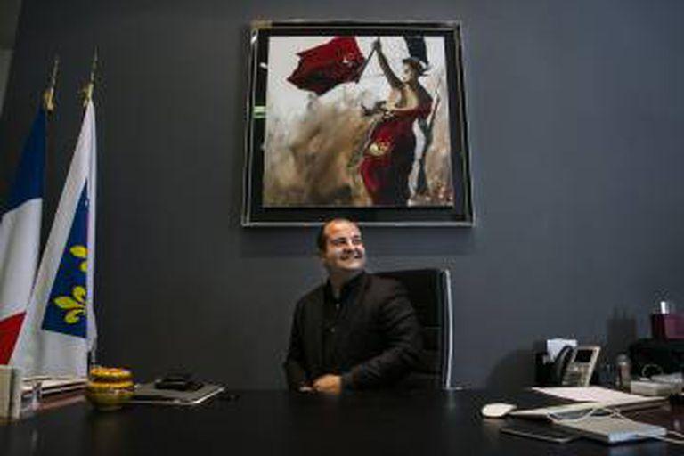 David Rachline, prefeito de Fréjus e chefe de campanha de Marine Le Pen, em seu gabinete durante a entrevista.
