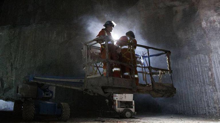 Dois operários da construção numa usina hidrelétrica do Québec.