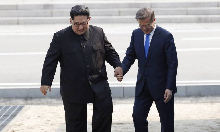 Kim Jong-un e Moon Jae-in durante a histórica cúpula entre as duas Coreias em abril.