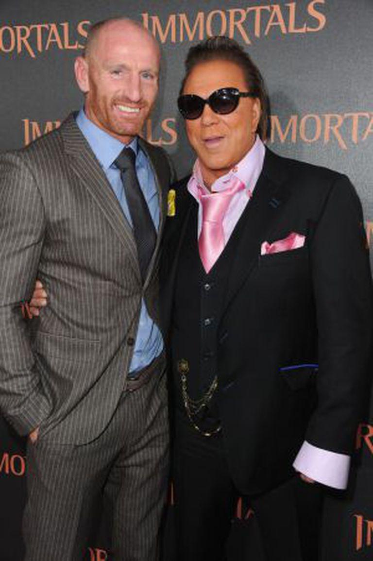 """Gareth Thomas e Mickey Rourke, que quer fazer um filme sobre a vida do atleta. Estão na estreia de """"Imortais"""" (2011), em Los Angeles."""