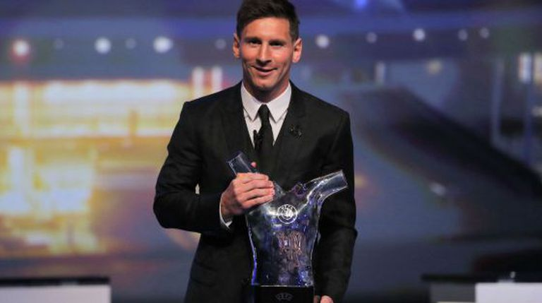 Lionel Messi recolhe o troféu da UEFA.
