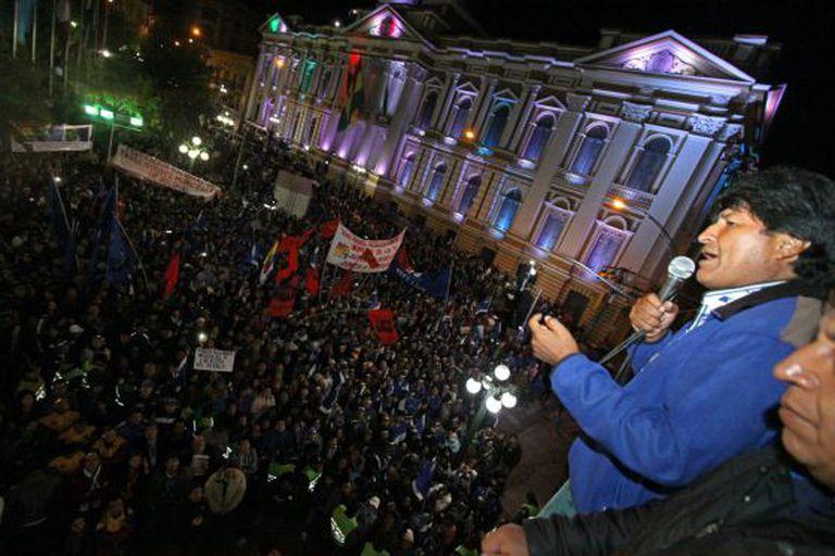 Evo Morales discursa no balcão do Palácio de Governo, em La Paz, na noite de domingo, depois de vencer as eleições.
