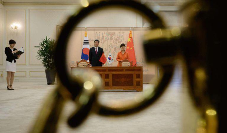 O dirigente chinês e sua colega sul-coreana, na residência presidencial.