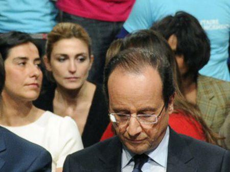 Hollande e Gayet (ao fundo de camiseta preta) em uma das poucas imagens que existem do casal, em um ato dos socialistas franceses em 2011.