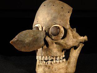 Uma máscara feita com um crânio humano, achada no Templo Maior.