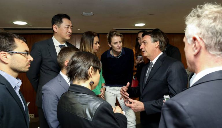 Bolsonaro conversa com os jornalistas.
