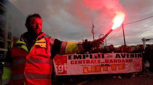Manifestantes participam de um passeata em Nantes.