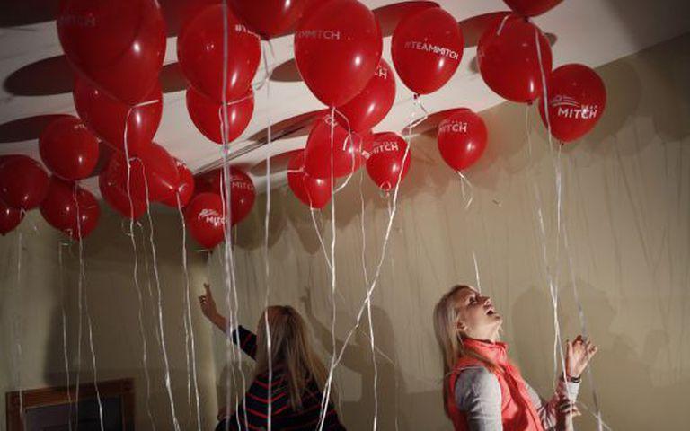 Voluntárias da campanha de Mitch McConnell decoram com balões um de seus escritórios.