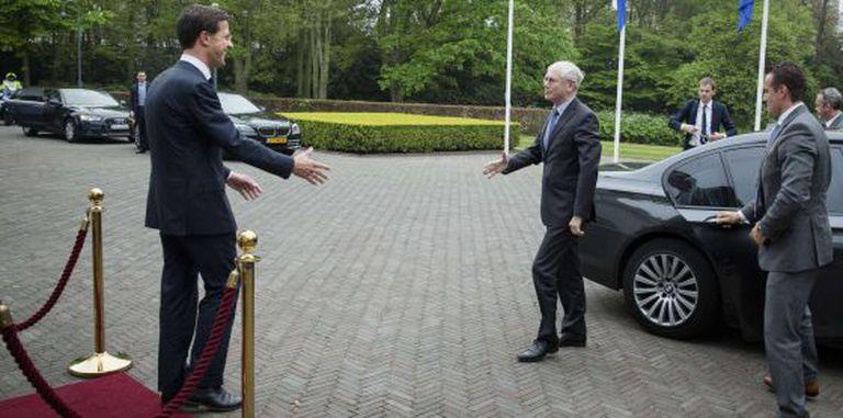 Mark Rutte (à esq.) dá as boas-vindas a Herman Van Rompuy.