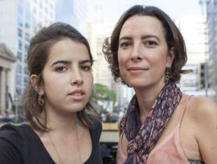 A fotógrafa Adriana Campos, 42 anos, e sua filha Maria Lua, 18 anos, na marcha de mulheres na av. Paulista em 31 de outubro.