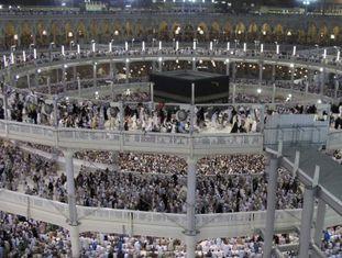 Peregrinos muçulmanos rezam em torno da Caaba na Grande Mesquita.
