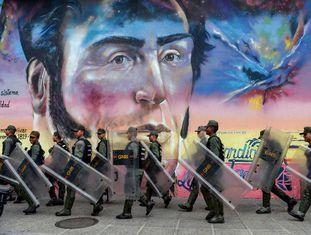 Membros da Guarda Nacional, durante um protesto de professores em Caracas.