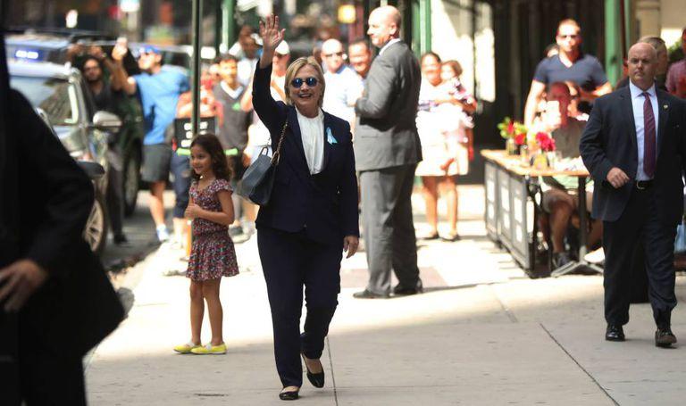 Clinton na cerimônia do 11 de Setembro, ao lado do prefeito de Nova York.