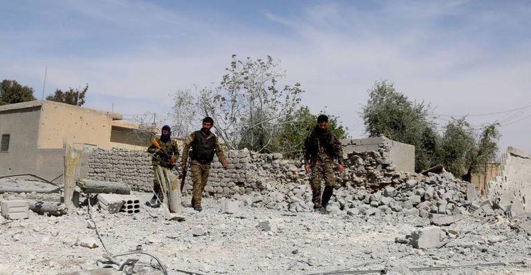 Milicianos curdos em Al-Karamah (a cerca de 26 km de Raqa), no domingo.