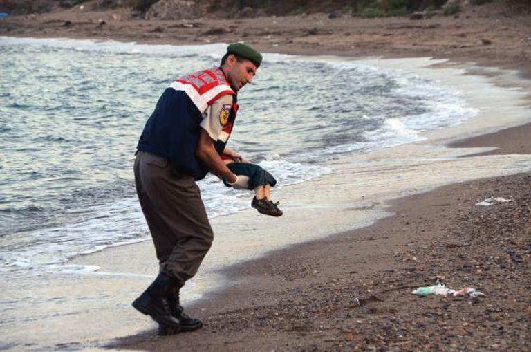 Membro da guarda-costeira recolhe o cadáver de uma criança nesta quarta-feira na costa de Bodrum (Turquia).
