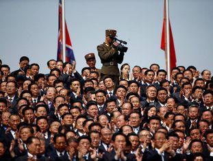 Um soldado filma ao público no desfile deste sábado em Pyongyang.