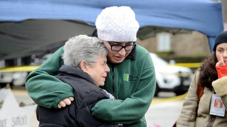 Pessoas fazem vigília depois do atentado em uma sinagoga em Pittsburgh, no dia 3 de novembro.