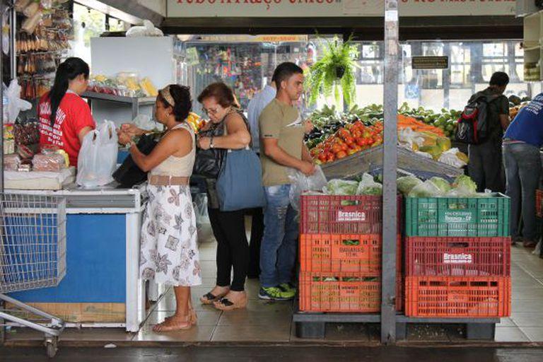 Mulheres em um mercado de Brasília.