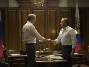 Lars Mikkelsen (à esquerda) e Kevin Spacey, em cena da terceira temporada de House of Cards.