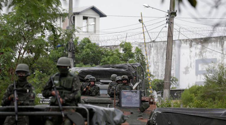 Soldados em penitenciária do Rio de Janeiro.