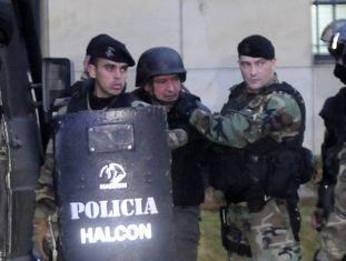José López, ex-secretário de Obras Públicas da Argentina, é escoltado pelas forças especiais em 16 de junho.