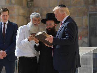 O presidente Donald Trump e sua mulher, Melania, na chegada, a bordo do Air Force One, ao aeroporto Ben Gurion, em Tel Aviv.