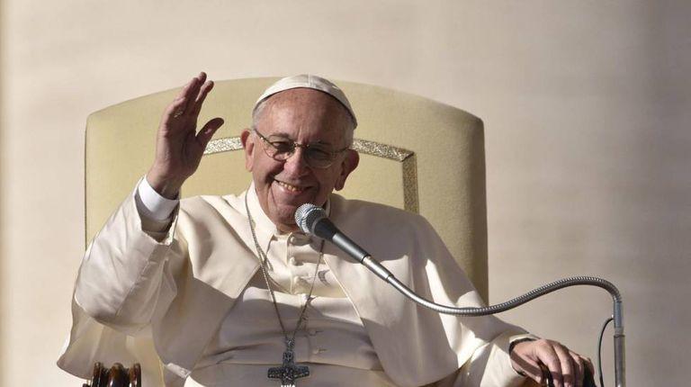 O papa Francisco se dirige à multidão reunida na praça de São Pedro, no Vaticano, na quarta-feira passada.
