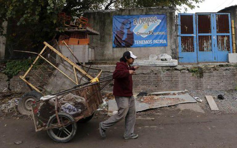 Um homem leva uma carroça em La Carbonilla.