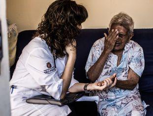 A médica Luciana Defendi Navarrete, 37 anos, em atendimento.