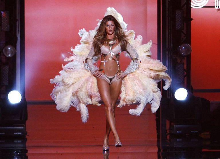 Gisele Bündchen desfila como anjo da Victoria's Secret, em 2006.