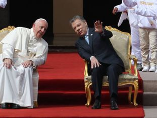 O papa Francisco ao lado do presidente colombiano, Juan Manuel Santos, antes da reunião em Bogotá.